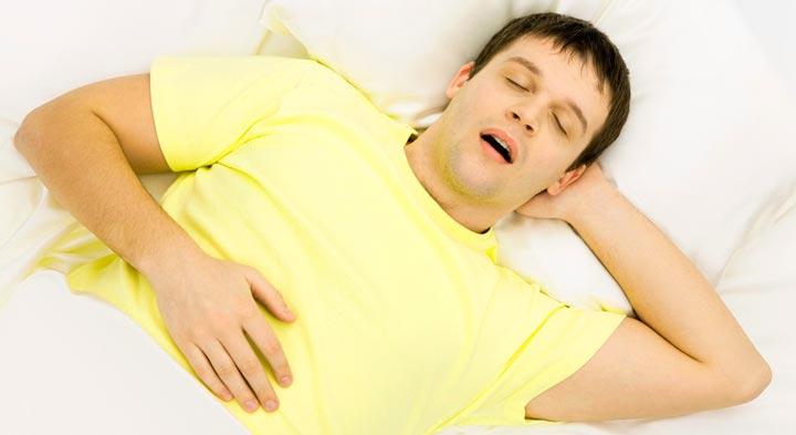 Храп во время сна - одна из признаков искривленной носовой перегородки