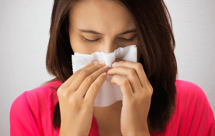 Хронический насморк - один из признаков искривленной перегородки носа