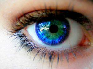 Глаз с синим зрачком
