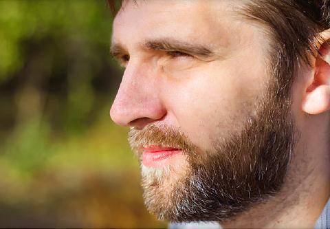 Мужчина с греческим профилем лица