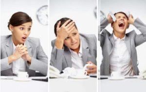 Девушка в офисе стрессует