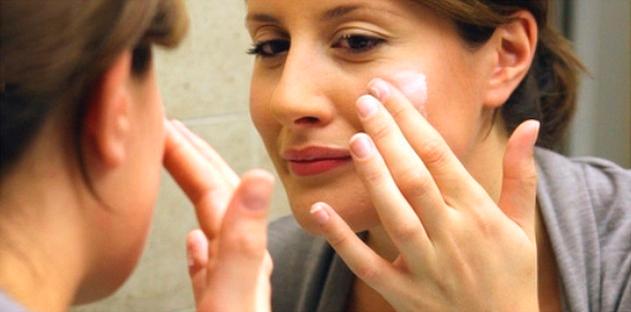 Нанесение специальных кремов для поддержания тонуса кожи