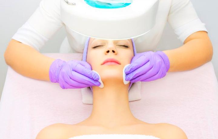 Очистка кожи лица перед лазерным пилингом