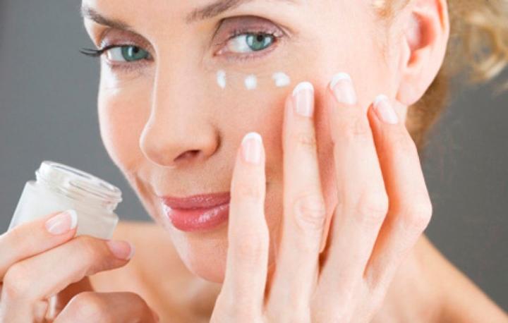 Нанесение увлажняющего защищаюго состава на кожу после пилинга