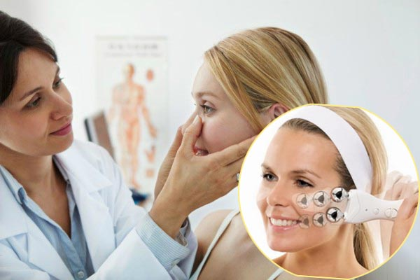 Осмотр врача при миостимуляции лица