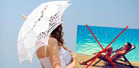 Запперт загарать, девукша под летним зонтиком