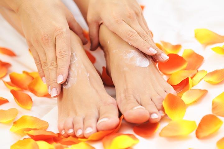 Увлажнение кремом кожи после парфинотерапии