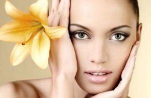 Девушка с желтой лилией в волосах