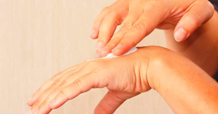 Обработка поверхности рук кремом перед парафинотерапией