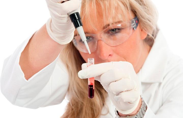 Смешивание биоматериала с препаратами для предотвращения свертываемости крови