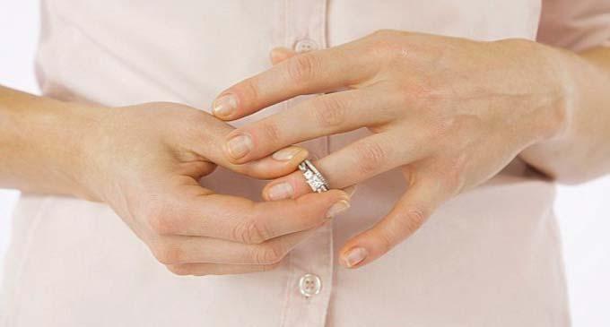 Снятие украшений с рук перед процедурой парафинотерапии