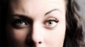 Разные глаза у девушки