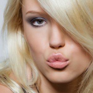 Блондинка сложила губки уточкой