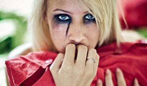Заплаканная девушка