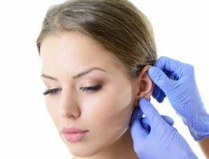 Осмотр формы ушей у хирурга