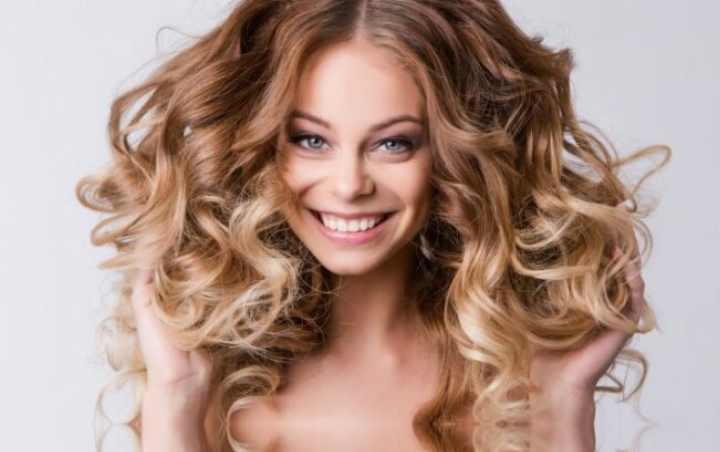 Возможно собрать волосы в два хвоста или две косы